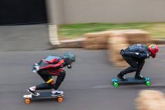 Velocità-sfuocatura in discesa dei skateboarder due Immagini Stock