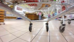 Velocità veloce pazza del carrello del supermercato stock footage