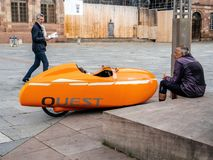 Velomobiel搜寻橙色velomobile车 库存照片