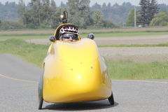 Velomobile, coche de la bicicleta o bici reclinada Foto de archivo