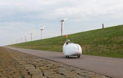 Velomobile cykel längs holländsk kust royaltyfri bild