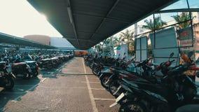 Velomotor da equitação no estacionamento em Tailândia perto do shopping video estoque