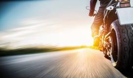 Velomotor na equitação da estrada tendo o divertimento que monta a estrada vazia o imagens de stock royalty free