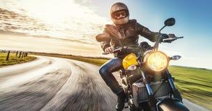 Velomotor na equitação da estrada tendo o divertimento que monta a estrada vazia o Fotografia de Stock Royalty Free