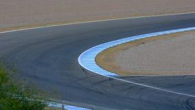 Velomotor que toma uma curva em um circuito, circuito do motor de Jerez filme