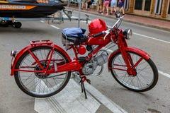 Velomotor renovado vermelho das pessoas de 60 anos em Palamos 02 05 Espanha 02018 fotografia de stock royalty free