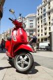 Velomotor vermelho na rua do Madri Arquitetura de Spain imagens de stock royalty free