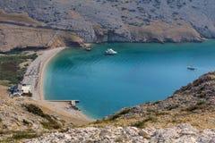 Velos Luka de la playa con dos la nave, isla Krk Croacia fotografía de archivo