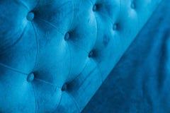 Velouryttersida av soffanärbilden Lagledare-typ velourscreed som dras åt med knappar Blå vadderad chesterfieldsoffastil arkivbilder