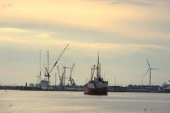 Velsen holandie, May 1st 2017: Statku żeglowanie w kierunku IJmuiden dennego kędziorka Duży denny kędziorek w świacie pod constru Zdjęcia Stock