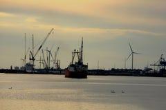 Velsen holandie, May 1st 2017: Statku żeglowanie w kierunku IJmuiden dennego kędziorka Duży denny kędziorek w świacie pod constru Zdjęcia Royalty Free