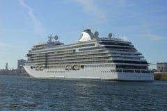 Velsen Nederländerna - Juni 16th 2017: Utforskare för sju hav - Regent Cruises Royaltyfria Foton