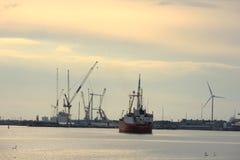 Velsen, os Países Baixos, o 1º de maio de 2017: Navigação do navio para o fechamento do mar de IJmuiden O fechamento o mais grand Fotografia de Stock