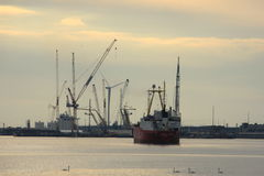 Velsen, Pays-Bas, le 1er mai 2017 : Navigation de bateau vers la serrure de mer d'IJmuiden La plus grande serrure de mer dans le  Photographie stock