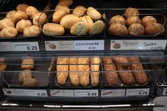 Velserbroek, οι Κάτω Χώρες, στις 17 Οκτωβρίου 2018: ψωμί σε ένα κατάστημα στοκ φωτογραφία