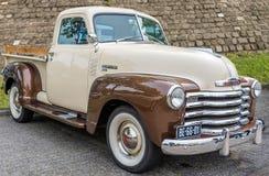 VELSERBROEK - MAJ 19 2019: Rocznika amerykanina ciężarówka od lata pięćdziesiąte Błyszczący z mnóstwo chromem zdjęcie royalty free