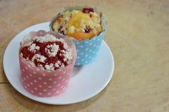 Veludo e muffin de blueberry vermelhos no copo de papel em de madeira Imagem de Stock Royalty Free