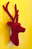 Veludo vermelho da rena decorativa do Natal no fundo amarelo Fotos de Stock Royalty Free