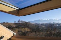 Velux d'une loge de montagne avec une belle vue image libre de droits