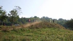 VELYKYI BEREZNYI, TRANSKARPATIA, ΟΥΚΡΑΝΊΑ - 28 ΑΥΓΟΎΣΤΟΥ 2017: Οι μοτοσυκλετιστές πηγαίνουν στο λόφο ένα προς ένα φιλμ μικρού μήκους