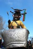 Ven al hombre no identificado en el traje tradicional de Kukeri en el festival de los juegos Kukerlandia de la mascarada en Yambo foto de archivo libre de regalías