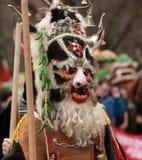 Ven al hombre no identificado en el traje tradicional de Kukeri en el festival de los juegos Kukerlandia de la mascarada en Yambo Foto de archivo