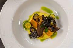 Venaison avec les légumes et la sauce, vue supérieure, restaurant gastronomique photo stock