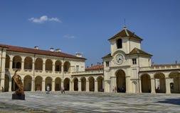 Venaria real, Podgórski region, Włochy Czerwiec 2017 Wejście pałac zegarowy wierza obraz royalty free