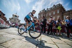 Venaria Reale, Italie le 25 mai 2018 : Cyclistes professionnels dans le transfert à partir de l'autobus aux signatures de podium photos libres de droits