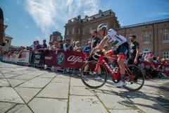 Venaria Reale, Italie le 25 mai 2018 : Cyclistes professionnels dans le transfert à partir de l'autobus aux signatures de podium photo libre de droits