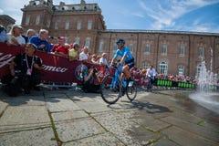 Venaria Reale, Italie le 25 mai 2018 : Cyclistes professionnels dans le transfert à partir de l'autobus aux signatures de podium photographie stock libre de droits
