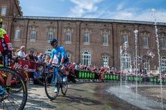 Venaria Reale, Italie le 25 mai 2018 : Cyclistes professionnels dans le transfert à partir de l'autobus aux signatures de podium images libres de droits