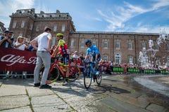 Venaria Reale, Italie le 25 mai 2018 : Cyclistes professionnels dans le transfert à partir de l'autobus aux signatures de podium photo stock