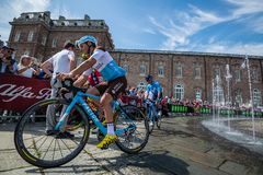Venaria Reale, Italie le 25 mai 2018 : Cyclistes professionnels dans le transfert à partir de l'autobus aux signatures de podium image stock
