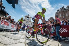Venaria Reale, Italie le 25 mai 2018 : Cyclistes professionnels dans le transfert à partir de l'autobus aux signatures de podium photographie stock