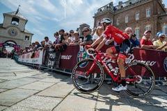 Venaria Reale, Italie le 25 mai 2018 : Cyclistes professionnels dans le transfert à partir de l'autobus aux signatures de podium photos stock