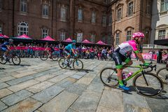 Venaria Reale, Italie le 25 mai 2018 : Cyclistes professionnels dans le transfert à partir de l'autobus aux signatures de podium images stock
