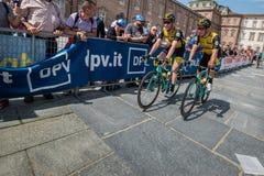 Venaria Reale, Italie le 25 mai 2018 : Cyclistes professionnels dans le transfert à partir de l'autobus aux signatures de podium image libre de droits