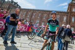 Venaria Reale, Italie le 25 mai 2018 : Davide Formolo, Bora Hansgrohe Team, dans le transfert à partir de l'autobus aux signature photo libre de droits