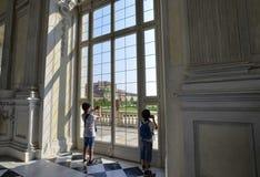 Venaria-reale, Piemont-Region, Italien Juni 2017 Ein Blick heraus auf den majestätischen Gärten des Palastes Stockbilder