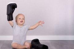 Vencedor do bebê Criança bonito em luvas de encaixotamento Copie o espaço Tiro do estúdio Foto de Stock Royalty Free