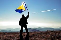 Vencedor do homem que acena a bandeira de Bósnia e de Herzegovina Fotografia de Stock Royalty Free