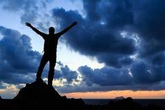 Vencedor feliz que alcança o homem do sucesso do objetivo da vida Fotos de Stock Royalty Free