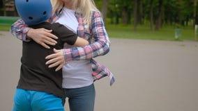 Vencedor orgulhoso do abraço do cumprimento da mãe dos esportes das crianças vídeos de arquivo