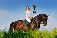 Vencedores - moça e cavalo de baía imagens de stock