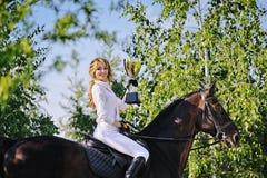Vencedores - moça e cavalo de baía imagem de stock