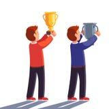 Vencedores que aumentam o troféu do campeão do ouro e da prata acima ilustração do vetor