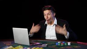 Vencimento em linha bem sucedido do jogador do casino Fim acima vídeos de arquivo
