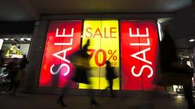 A venda assina dentro a janela da loja, reduções grandes Imagens de Stock