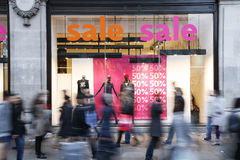 A venda assina dentro o indicador da loja Fotos de Stock Royalty Free